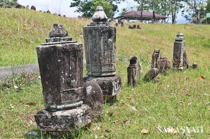 Makam Mahligai di Desa Dakka dan Makam Papan Tinggi di Desa Pananggahan.