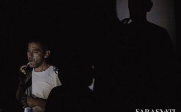 Salah satu adegan dalam pertunjukan David Gheron Tretiakoff, ketika dia bercukur sampai mengucurkan darah