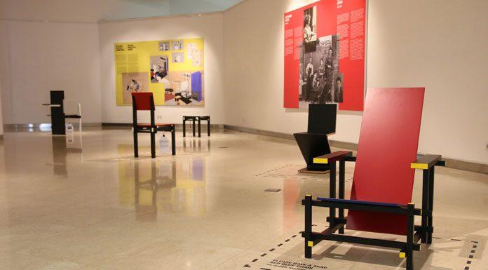 Kursi merah biru yang dibuat pada tahun 1923