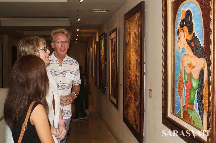 Pengunjung sedang menikmati karya di Kemangi Art Space