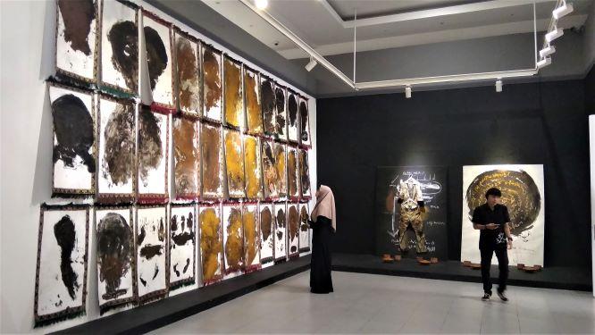 Beberapa pengunjung sedang mengamati karya Potret Diri Sebagai Kaum Munafik (Foto: Dhamarista Intan)