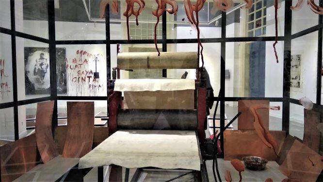 Mesin cetak etsa ditempatkan Tisna di tengah ruang pamer sebagai bagian instalasi berjudul