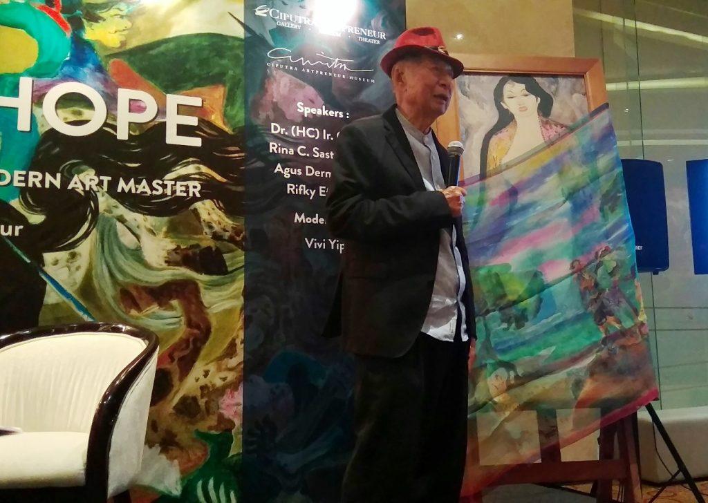 Ciputra memperlihatkan salah satu lukisan dari Hendra Gunawan yang belum pernah dilihat publik. (dok. Dhamarista Intan)