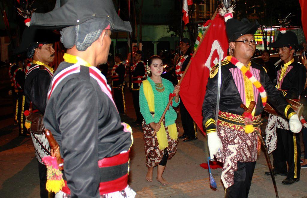 Arak-arakan pawai dari Komunitas Tritura dan Kelompok Pemuda Yogyakarta yang merupakan sebuah karya kolaboratif dari Arahmaiani Feisal (Doc. Riski Januar)