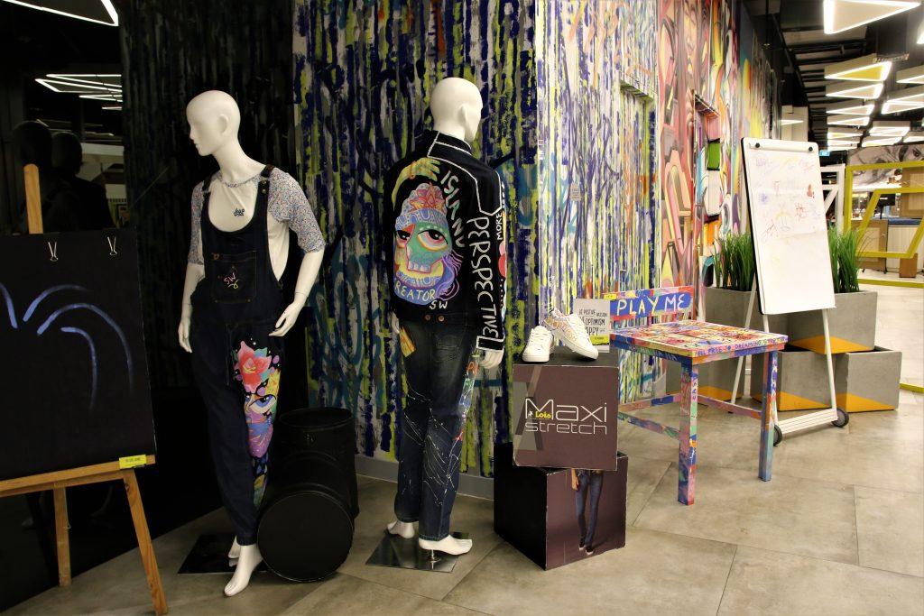 Acul menggunakan beragam media mulai dari jeans, sepatu, hingga kayu. (dok. Dhamarista Intan)