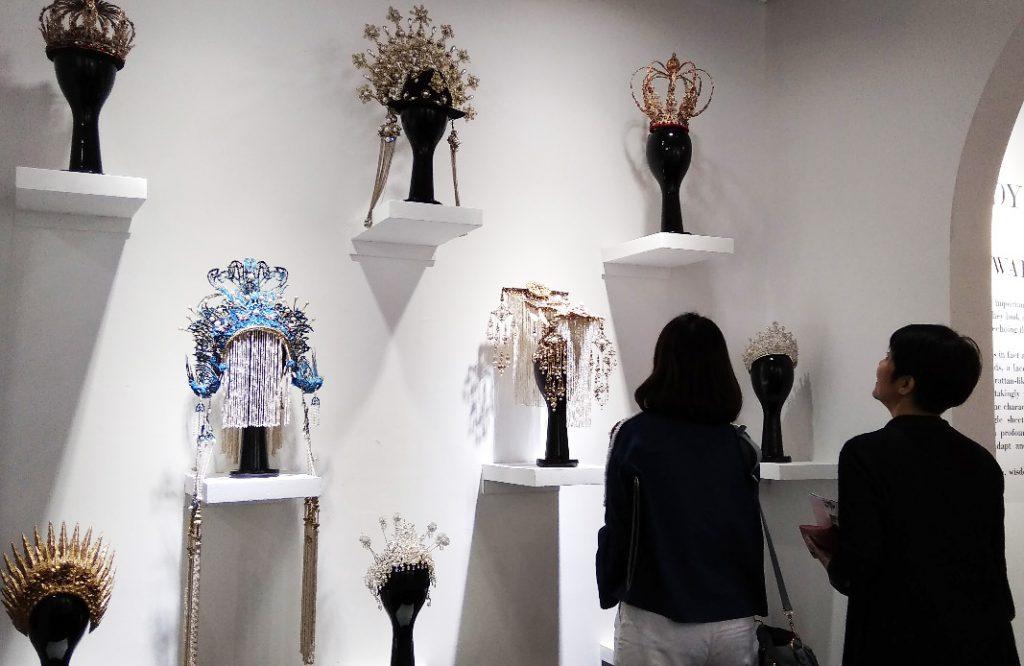 Pengunjung Art Jakarta di booth Sotheby, memamerkan karya-karya fashion Rinaldy A. Yunardi (doc. Dhamarista Intan)