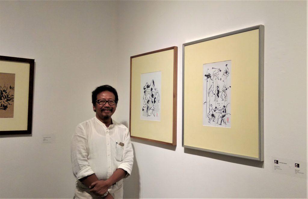 seniman Yusuf Susilo Hartono berada di antara sketsa-sketsa buatannya.