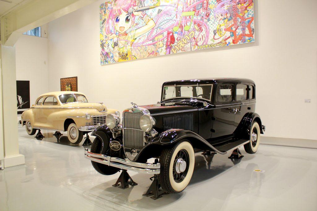 Dua mobil antik bermerek Dodge tahun 1932 (Hitam) dan tahun 1948 (Krem) yang merupakan koleksi dari Tumurun Private Museum. (Dok. Riski Januar)