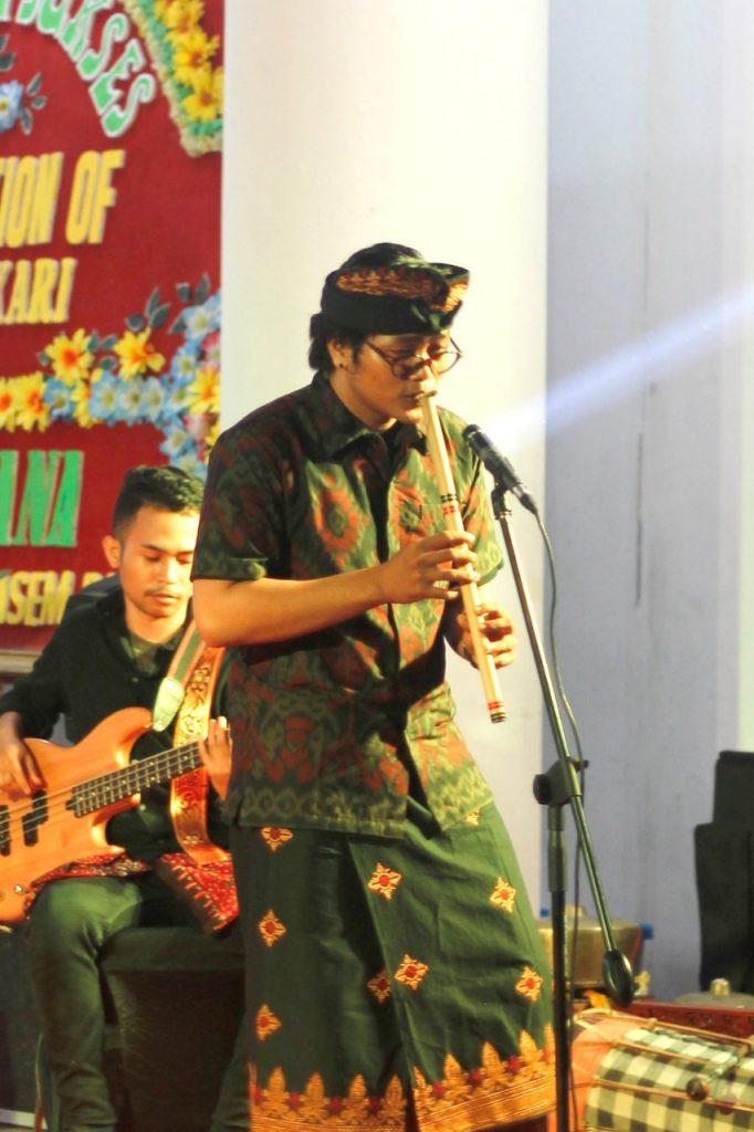 I Wayan Pande Narawara perform bersama Santika Etnik