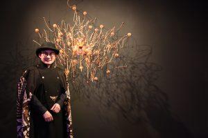 Desainer Rinaldy Yunardi dan karya instalasi headpiecenya berjudul